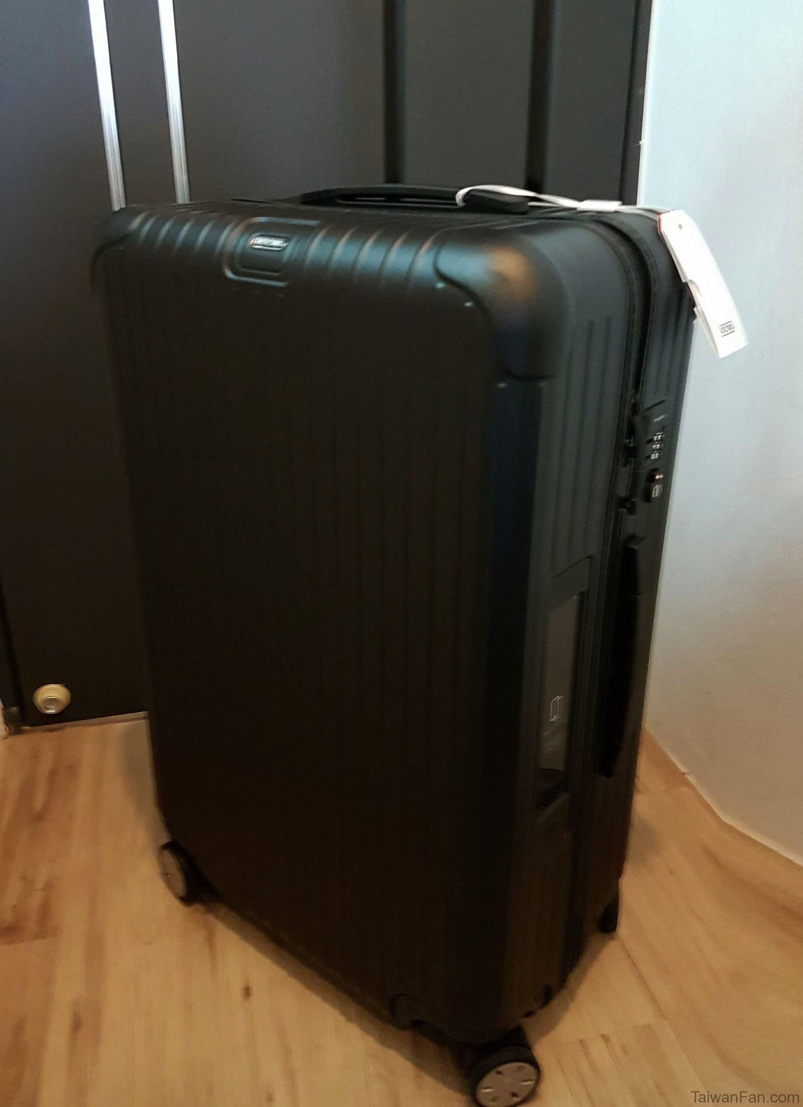 台湾でリモワのスーツケースを買うと日本より比べて少し安く買えますよ!